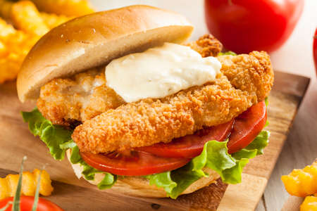 Breaded Fish Sandwich with Tartar Sauce and Fries Zdjęcie Seryjne - 26734589