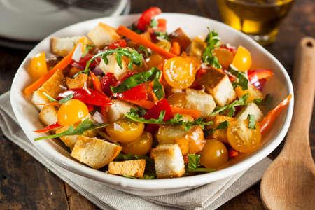 miettes: Salade traditionnelle saine Panzanella avec chapelure et l�gumes