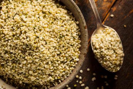그릇에 건강한 유기농 껍질을 벗기는 대마 씨앗 스톡 콘텐츠