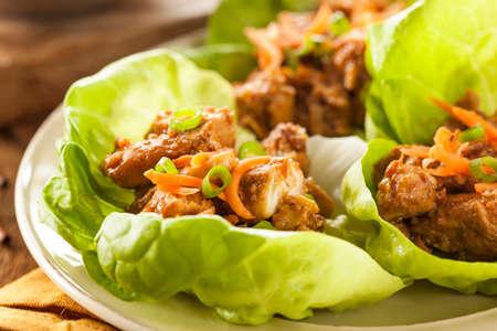 당근과 건강한 아시아 닭고기 상추 랩