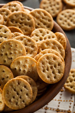 Whole Grain Wheat Round Crackers in a Bowl Reklamní fotografie