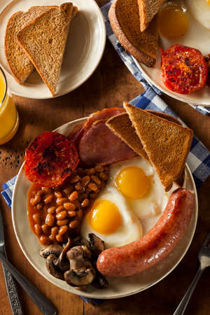 bacon baked beans: Traditional Full English Breakfast with Eggs, Bacon, Sausage, and Baked Beans