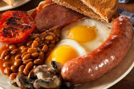 comida inglesa: Tradicional desayuno Inglés completo con huevos, tocino, salchichas y frijoles al horno