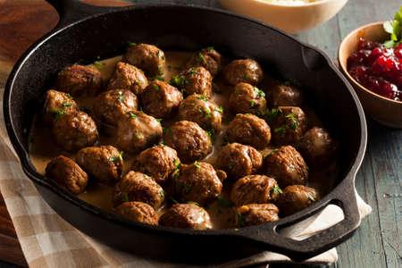 Hausgemachte schwedischen Fleischbällchen mit Sahnesauce und Petersilie