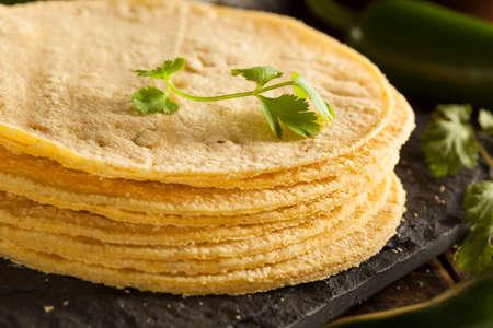 Pile de maison tortillas de maïs sur un fond Banque d'images - 28246093