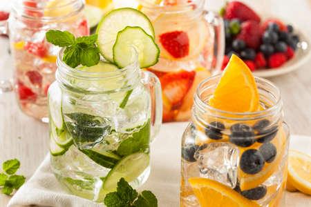 배경에 과일과 건강 스파를 물