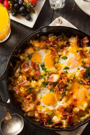 huevos revueltos: Homemade abundante desayuno Sartén con los huevos de patatas y tocino