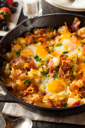 papas doradas: Homemade abundante desayuno Sartén con los huevos de patatas y tocino