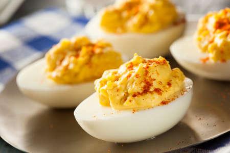 mayonesa: Saludable Huevos Rellenos como un aperitivo con Paprika Foto de archivo