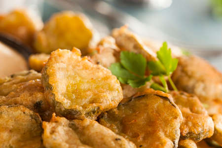 PICKLES: Deliciosos Maltratadas Encurtidos fritos con salsa de inmersión Foto de archivo