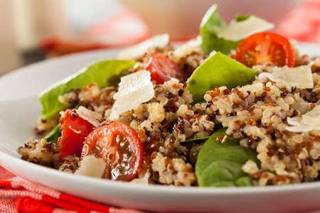 Ensalada saludable vegetariana quinua con Tomates y Espinacas