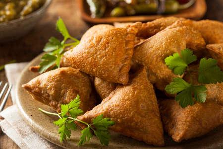 chutney: Homemade Fried Indian Samosas con menta Chutney salsa