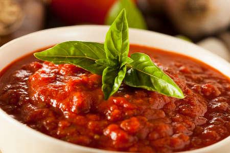 自家製の赤のイタリアのマリナラ ソース バジルとニンニクと