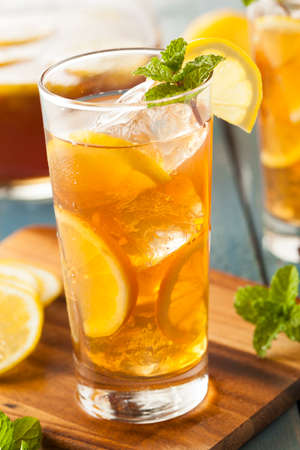 té helado: Homemade té helado con limones y menta