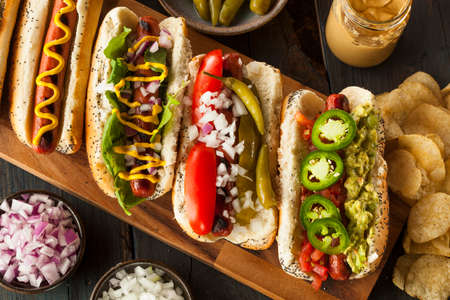 Gourmet gegrilde Alle Rundvlees Hots Honden met Sides and Chips