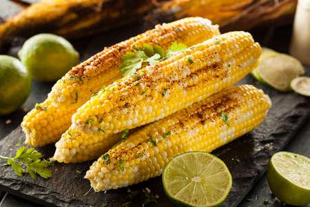Heerlijke gegrilde Mexicaanse Corn met Spaanse peper, koriander en limoen