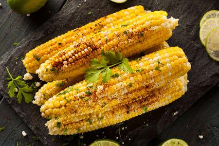 Köstliche gegrillte mexikanischen Mais mit Chili, Koriander und Limette Standard-Bild