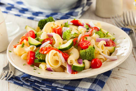 Healthy Homemade Pasta Salad with Tomatoes Onions and Broccoli Imagens