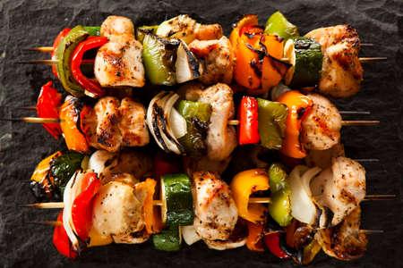 Selbst gemachte Hühner Shish Kabobs mit Paprika und Zwiebeln Standard-Bild