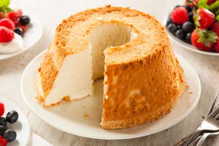 Homemade Cake Voedsel van de engel met verse Bessen