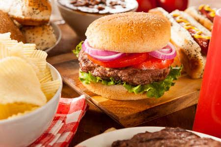 Hartige Gegrilde Hamburger met sla en tomaat op een broodje
