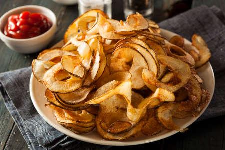수제 나선형 감자 칩을 박람회에서 자르십시오.
