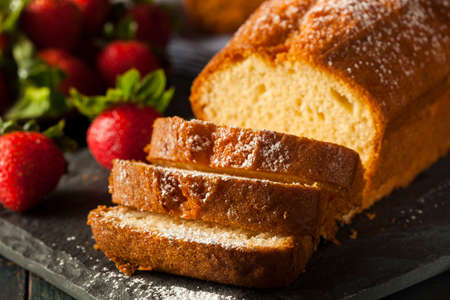 Zelfgemaakte Pound Cake met aardbeien en slagroom Stockfoto - 30004697