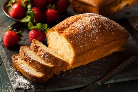 Zelfgemaakte Pound Cake met aardbeien en slagroom