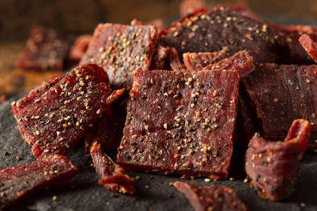 Gedroogde Peppered Beef Jerky in reepjes gesneden