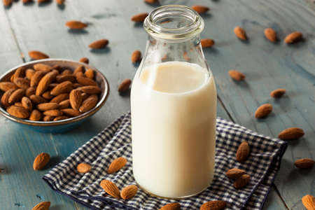 leche de soya: Org�nica Blanco Almendra Leche en un jarro Foto de archivo