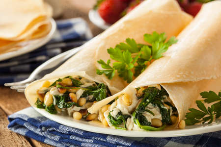 Delicious Homemade Savory French Crepes with Spinach and Feta 版權商用圖片 - 30304955