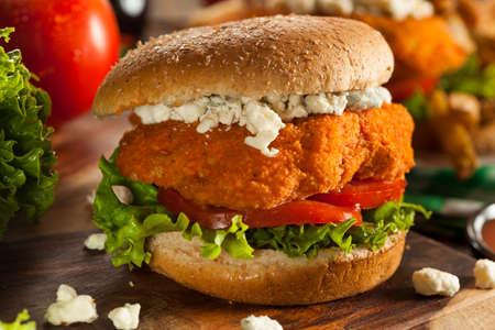 sandwich de pollo: Homemade Buffalo sándwich de pollo con salsa picante y queso azul Foto de archivo