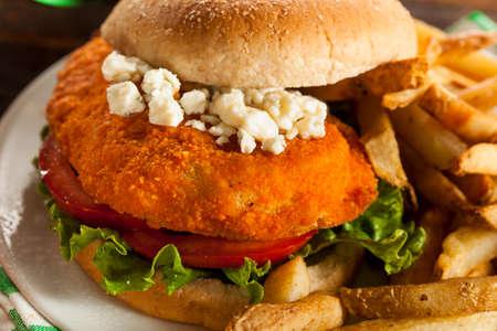 sandwich au poulet: Homemade Sandwich au poulet Buffalo avec Hot Sauce et fromage bleu Banque d'images