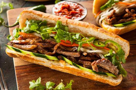 고수와 무와 베트남어 돼지 고기 반의 미 샌드위치