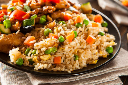 comida gourmet: Homemade arroz frito con zanahorias y guisantes Foto de archivo