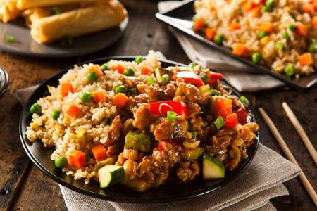 Hausgemachte Kung Pao Hühnerfleisch mit Paprika und Gemüse Standard-Bild - 30521811