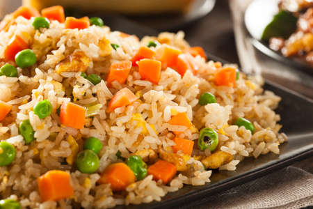 arroz chino: Homemade arroz frito con zanahorias y guisantes Foto de archivo