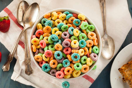 Coloful Fruit Cereal Loops in een Kom Stockfoto