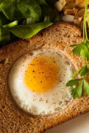 huevos revueltos: Huevo sano en una cesta de desayuno