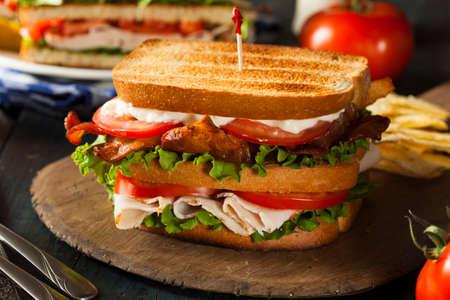 Turkije en Bacon Club Sandwich met sla en tomaat