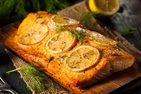 Homemade Salmone alla griglia su un cedro Plank con Dill Archivio Fotografico