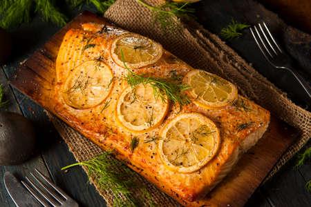 Homemade Salmone alla griglia su una plancia del cedro con Dill