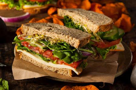 健康的なベジタリアン野菜ほうれん草トマト キュウリのサンドイッチ