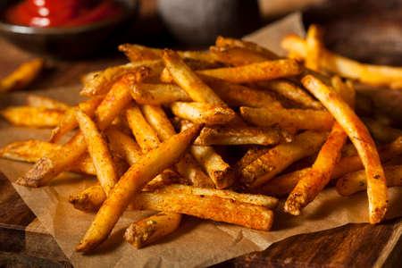 Cajun Gekruid Frieten met Organic Ketchup Stockfoto