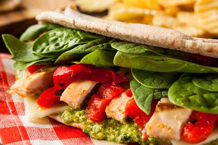 sandwich de pollo: Sandwich saludable Grilled Chicken Pesto pan plano con pimientos y espinacas