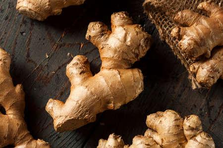 Raw Organic Ginger Root op een achtergrond Stockfoto
