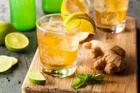 Organische Ginger Ale Soda in een glas met citroen en limoen Stockfoto
