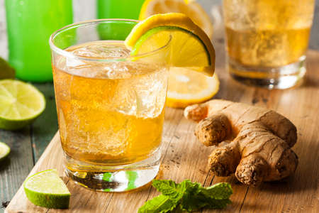 tomando alcohol: Org�nica Ginger Ale sodio en un vaso con lim�n y lima Foto de archivo