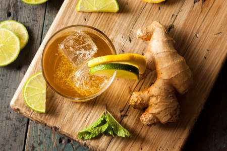 jenjibre: Org�nica Ginger Ale sodio en un vaso con lim�n y lima Foto de archivo