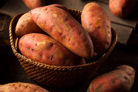 batata: Patatas sin procesar orgánicas dulces en un fondo